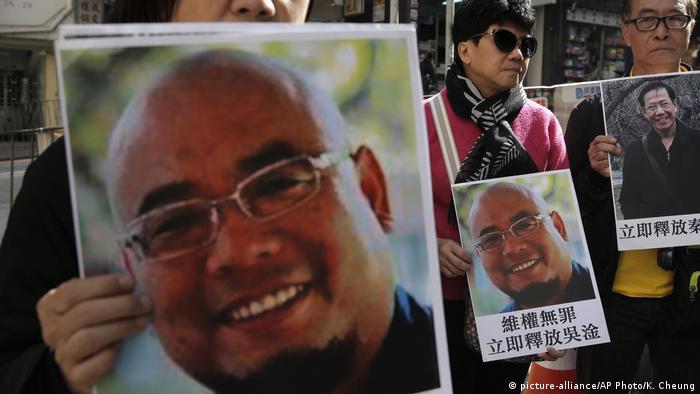 Hongkong Demonstration Solidarität mit Wu Gan, chinesischer Aktivist (picture-alliance/AP Photo/K. Cheung)