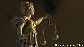 Die Justitia-Figur des Gerechtigkeitsbrunnens auf dem Römer in Frankfurt am Main mit Waage und Richtschwert