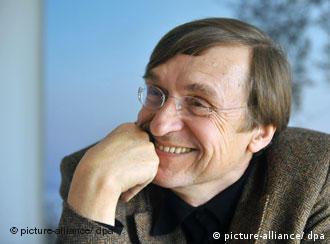 der Regisseur Adolf Winkelmann, lachend, den Kopf aufgestützt, (dpa)