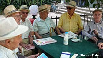 Albanien Land und Leute Rentner in Tirana (Mimoza Dhima)