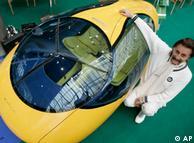 El diseñador Luigi Colani presenta su modelo de auto eléctrico.