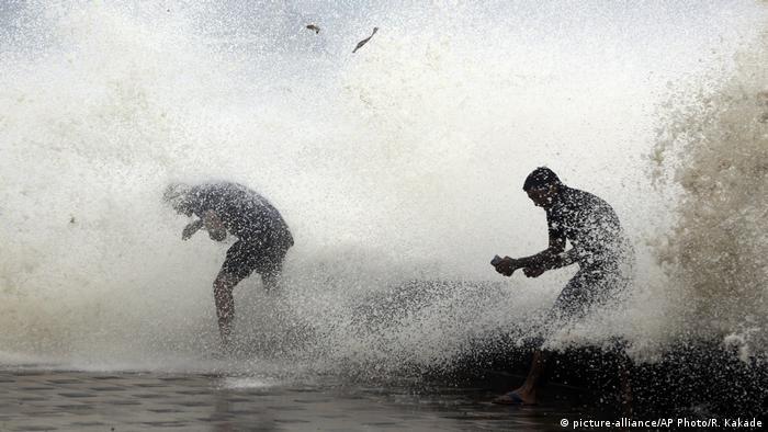 India Cyclone Ockhi (picture-alliance/AP Photo/R. Kakade)