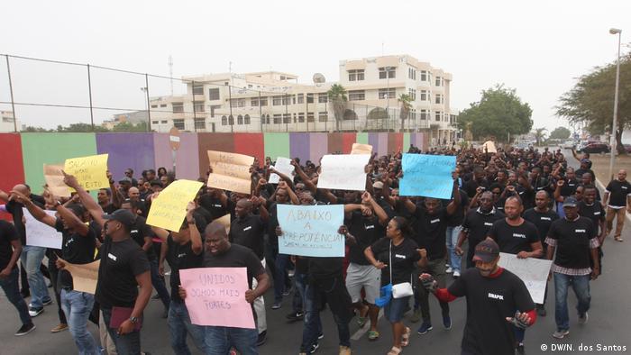 Manifestação de agentes da polícia na cidade da Praia, nesta quarta-feira (27.12)