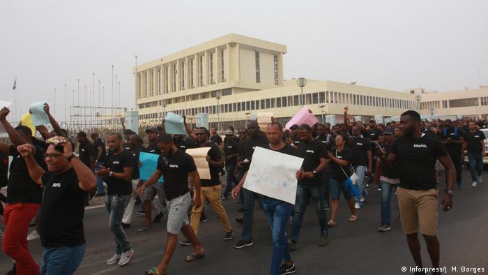 Kap Verde - Agenten der Nationalpolizei bei einer Streikdemonstration