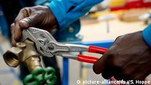 ARCHIV - ILLUSTRATION - Ein Flüchtling arbeitet am 19.06.2015 in München (Bayern) in der Lernwerkstatt auf dem Gelände der Bayernkaserne unter professioneller Anleitung an einem Werkstück. Eine Pk zum Ausbildungsreport der DGB-Jugend beschäftigt sich mit der Frage ob es Unterschiede in der Lehre zwischen Jugendlichen mit und ohne Migrationshintergrund gibt. Foto: Sven Hoppe/dpa +++(c) dpa - Bildfunk+++ | Verwendung weltweit