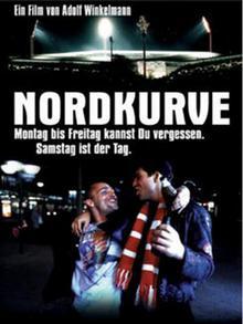 Zwei Fußballfans, Arm in Arm, in Fankleidung, darüber Titel des Films Nordkurve, DVD-Cover