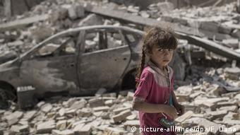 Девочка на фоне руин в Мосуле