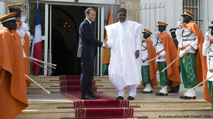 President Macron shakes hands with President Issoufou of Niger (picture-alliance/AP Photo/T. Djibo)