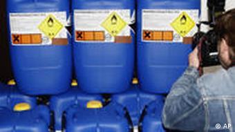 Behälter mit Chemikalien für den Bombenbau (Foto: AP)