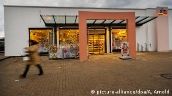 The pharmacy in Kandel in Germersheim district in Rheinland-Pfalz, where the teenage girl was stabbed. (picture-alliance/dpa/A. Arnold)