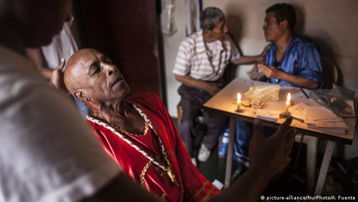 Venezuelano procura cura para doença no beco dos bruxos, na favela de Petare