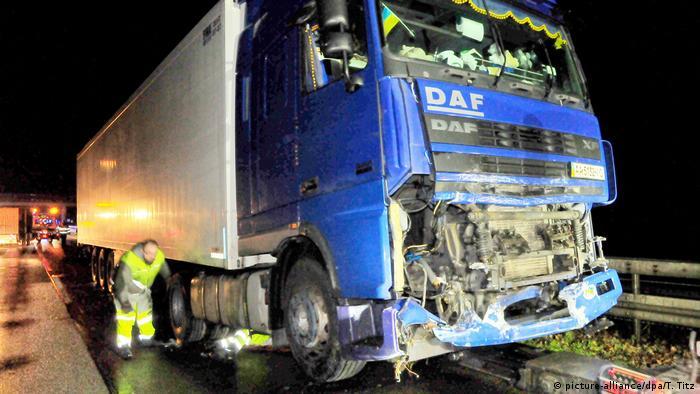 Вантажівка протаранила патрульне авто