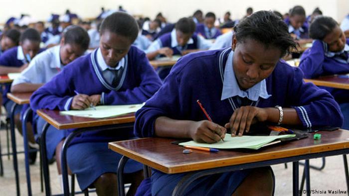 Kenia Schüler bei Abschlussprüfung für (DW/Shisia Wasilwa)