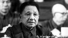 ARCHIV - Der chinesische Vizepremier Deng Xiaoping am 14.9.1977 auf dem 11. Kongress der chinesischen KP in Peking. Deng Xiaoping wurde am 22. August 1904 in Guag'an (Provinz Sichuan) geboren. Er war Guerilla-Kämpfer, Teilnehmer am «Langen Marsch» (1934/35) und Politkommissar. Nach Gründung der Volksrepublik 1949 saß er in den 50-er Jahren bereits im Politbüro und wurde Vizepremier. Während der Kulturrevolution in den 60-er Jahren fiel er in Ungnade, wurde Anfang der 70-er Jahre aber rehabilitiert und erneut Vizepremier. Die linksradikale «Viererbande» brachte ihn 1976 ein weiteres Mal zu Fall, bevor er nach dem Tod Maos und der Verhaftung der «Viererbande» 1977 in die Führung zurückkehrte. Dann setzte er sich praktisch an die Spitze der KP und betrieb seit 1978 einen wirtschaftlichen Reformkurs unter dem Mantel eines «Sozialismus chinesischer Prägung». Er starb am 19. Februar 1997 in Peking. Foto: UPI/dpa (zu dpa «Kulturrevolution: «Säuberungskampagne» mit über einer Million Toten» vom 12.05.2016) +++(c) dpa - Bildfunk+++ |