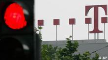 ARCHIV - Eine rote Ampel ist am 30. Mai 2008 in der Naehe der Zentrale der Deutschen Telekom zu sehen. Eine Stoerung hat das D-1-Netz des groessten deutschen Mobilfunkanbieters T-Mobile am Dienstag, 21. April 2009 ueber Stunden weitgehend lahm gelegt. Wie ein Sprecher des Betreibers in Bonn sagte, begannen die Ausfaelle um kurz nach 16.00 Uhr und dauerten am Abend noch an. Betroffen seien weite Teile sowohl des Sprach- als auch des SMS-Dienstes. (AP Photo/Hermann J. Knippertz,file) --- A red traffic light stands next to the headquarters of the Deutsche Telekom in Bonn, Germany, on Friday, May 30, 2008. (AP Photo/Hermann J. Knippertz,file)
