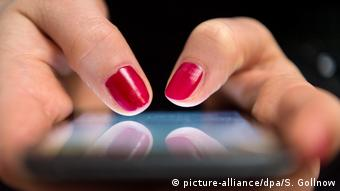 Frau mit Smartphone (picture-alliance/dpa/S. Gollnow)