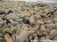 Звалище пластикового смісття на пляжі неподалік столиці Лівану Бейрута