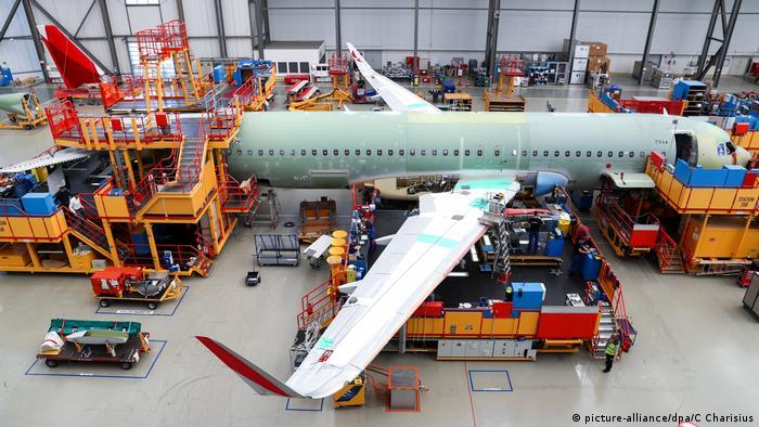Hamburg Finkenwerder Endmontagelinie Airbus A320 Familie (picture-alliance/dpa/C Charisius)