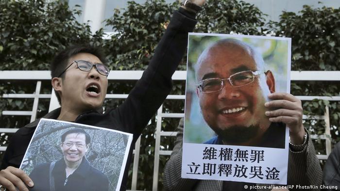 Hong Kong China Demonstration für Bürgerrechtler Qin Yongmin und Wu Gan (R) (picture-alliance/AP Photo/Kin Cheung)