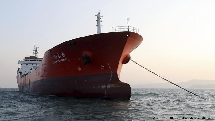 A Hong Kong-flagged ship called the Lighthouse Winmore which allegedly violated UN sanctions by transferring oil to a North Korean vessel (picture-alliance/AP/Yonhap/H. Min-woo)