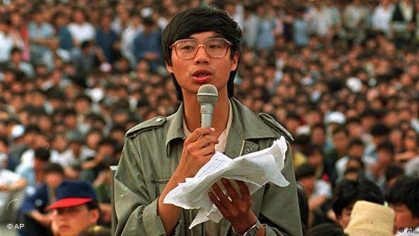 O líder estudantil Wang Dan discursa perante uma Praça da Paz Celestial completamente lotada em 27 de maio de 1989