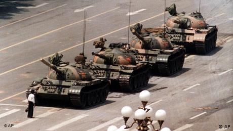 China Flashgalerie Peking Tiananmen Jahrestag 5 Juni 1989 Mann vor Panzer