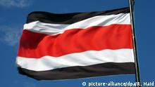 Die Nationalflagge von Costa Rica, aufgenommen am 27.02.2005. Foto: Rolf Haid +++(c) dpa - Report+++ | Verwendung weltweit