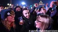 Ausgelassen feiern Besucher am 31.12.2016 in Berlin am Brandenburger Tor auf der Festmeile. Zum Jahreswechsel erwarten die Veranstalter auf der Berliner Festmeile am Brandenburger Tor Hunderttausende Besucher. Foto: Jens Kalaene/dpa-Zentralbild/dpa +++(c) dpa - Bildfunk+++   Verwendung weltweit