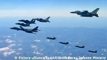 HANDOUT - Das Handout-Foto des südkoreanischen Verteidigungsministerium vom 06.12.2017 zeigt einen B-1B-Langstreckenbomber (l) der US-amerikanischen Luftwaffe, der in einer gemeinsamen Luftwaffenübung über der koreanischen Halbinsel von südkoreanischen und US-amerikanischen Kampfflugzeugen begleitet wird. (zu dpa «Konflikte 2018:Die größten Sorgen bereitet Nordkorea» vom 29.12.2017) ACHTUNG: Nur zur redaktionellen Verwendung im Zusammenhang mit der aktuellen Berichterstattung und nur bei Nennung der Quelle Foto: -/South Korea Defense Ministry/AP/dpa +++(c) dpa - Bildfunk+++