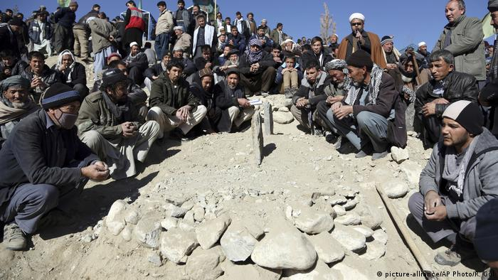 Afghanistan Kabul Beerdigung nach Anschlag (picture-alliance/AP Photo/R. Gul)