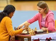 Анна Музичук (п) під час партії з індійською шахісткою у Катарі, грудень 2016