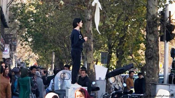 Vida Movahed auf einen Stromverteilerkasten am Rande der Straße der Revolution