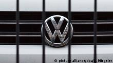 ARCHIV - Das Logo des Autokonzerns VW ist am 04.12.2017 in Berlin auf einem Parkplatz hinter den Streben eines Zauns zu sehen. (zu dpa «Schweizer Verbraucherschützer verklagen VWwegen Dieselskandals» vom 29.12.2017) Foto: Lino Mirgeler/dpa +++(c) dpa - Bildfunk+++   Verwendung weltweit