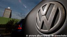 ARCHIV - Ein Golf mit einem verdreckten Volkswagen-Logo steht am 16.02.2017 auf einem Mitarbeiterparkplatz am VW Werk in Wolfsburg (Niedersachsen). Inmitten der Aufarbeitung von «Dieselgate» und des Wandels hin zur Elektromobilität dürfte Volkswagen auch 2018 eine Gratwanderung bevorstehen. (zu dpa Krise und kein Ende? Volkswagen-Gratwanderung und unsichere Zukunft vom 21.12.2017) Foto: Julian Stratenschulte/dpa +++(c) dpa - Bildfunk+++ | Verwendung weltweit
