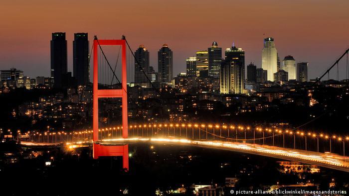 Istanbul u noći i pogled na nebodere i most preko Bospora