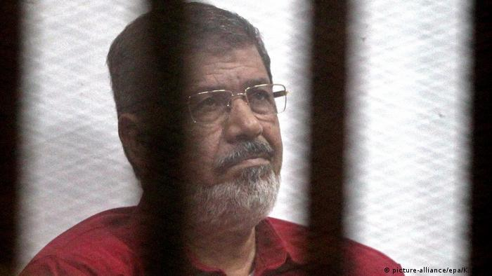Deposed Egyptian President Mohamed Morsi attends his trial on charges of espionage (picture-alliance/epa/K. Elfiqi)