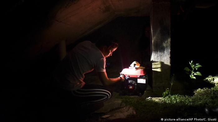 arina Santiago Gonzalez works on a small power plant in Morovis, Puerto Rico (picture-alliance/AP Photo/C. Giusti)