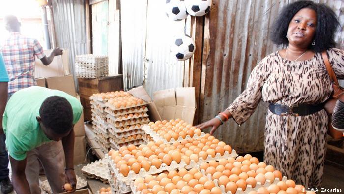 A distribuidora de ovos Benedita Tungadza precisa ir ao Malawi para comprar o produto