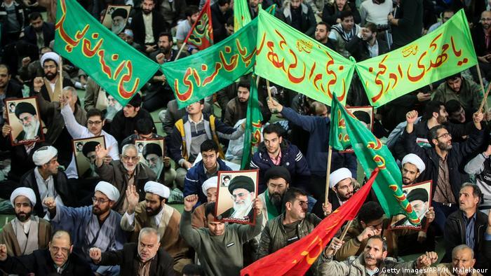 Apoiadores da ala linha-dura do regime iraniano participam de marcha em Teerã
