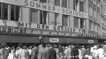 Το πολυκατάστημα Schneider στην Φραγκφούρτη. Λίγα λεπτά πριν κατεβάσει ρολά τοποθέτησαν οι τρομοκράτες εκρηκτική ύλη