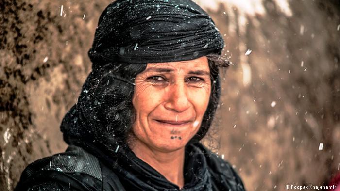 تصویری از یک زن کرد در مناطق زلزلهزده کرمانشاه