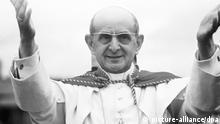 ****Archivbild*** ARCHIV - Papst Paul VI. während des Eucharistischen Weltkongresses in Bogota (Kolumbien) (Archivfoto vom August 1968). Es war der heiße Sommer der Studentenrevolte 1968. «Make love, not war», so hieß eine der gern praktizierten Losungen der aufmüpfigen Jugend. Die Pille zur Verhütung gab es seit ein paar Jahren - sie versprach Frauen eine sexuelle Befreiung ohne Grenzen. In das muntere Treiben in den Studentenkommunen und Hippie-Zirkeln schlug dann ein päpstliches Donnerwetter ein - mit seiner Enzyklika «Humanae Vitae» versuchte Papst Paul VI. einen Damm gegen jede Form künstlicher Empfängnisverhütung zu bauen. Sein Lehrschreiben «Über die rechte Ordnung der Weitergabe des menschlichen Lebens» löste in den so «aufgeklärten» 1960er Jahren einen Sturm der Entrüstung aus. dpa (Zu dpa-Korr: «Pillen-Enzyklika» - Päpstliches Donnerwetter im heißen Sommer '68 vom 24.07.2008) +++(c) dpa - Bildfunk+++ |