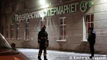 28.12.2017+++St. Petersburg, Russland+++ An Emergency Ministry member and a policeman are seen outside a supermarket after an explosion in St Petersburg, Russia December 27, 2017. REUTERS/Anton Vaganov