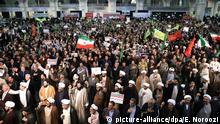 30.12.2017 Iraner demonstrieren am 30.12.2017 in Teheran (Iran), um die ihre Regierung zu unterstützen, während es auch zu spontanen Protesten gegen die Regierung gekommen war. Die Nachrichtenagentur Fars hatte am 29.12.2017 von Versammlungen an mindestens sechs Orten im Iran berichtet. In iranischen Medien hieß es, die Proteste seien lediglich gegen die Wirtschaftspolitik der Regierung und die hohen Lebenshaltungskosten des Landes gerichtet. (zu dpa «Trump warnt Teheran nach Protesten im Iran:«Die Welt schaut hin»» vom 30.12.2017) Foto: Ebrahim Noroozi/AP/dpa +++(c) dpa - Bildfunk+++