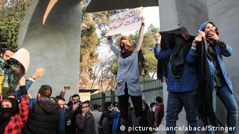 Участники антиправительственных выступлений в Тегеране, 30 декабря