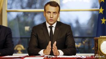 Frankreich Emmanuel Macron unterzeichnet Steuergesetze in Paris (picture alliance/AP Images/E. Laurent)