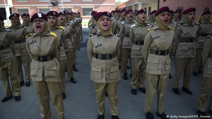 Pakistan Frauen in der Armee (Getty Images/AFP/F. Naeem)