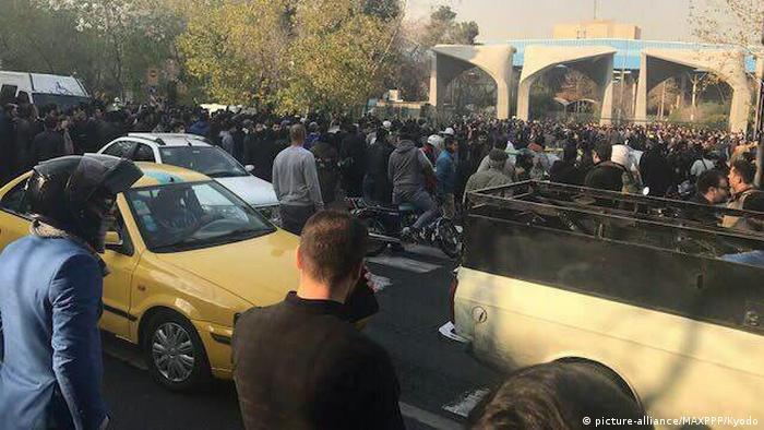 تجمع اعتراضی دانشجویان دانشگاه تهران در بعد از ظهر روز شنبه رفته رفته به خیابان انقلاب کشیده شد.