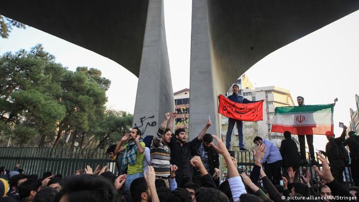 تصویری از تجمع بسیجیها در دانشگاه تهران علیه دولت حسن روحانی