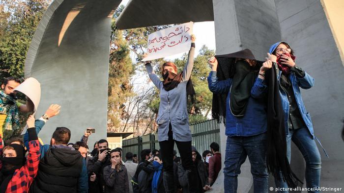 چه در خیابانها و چه در دانشگاه تهران شعار مرگ بر دیکتاتور بارها شنیده شد.